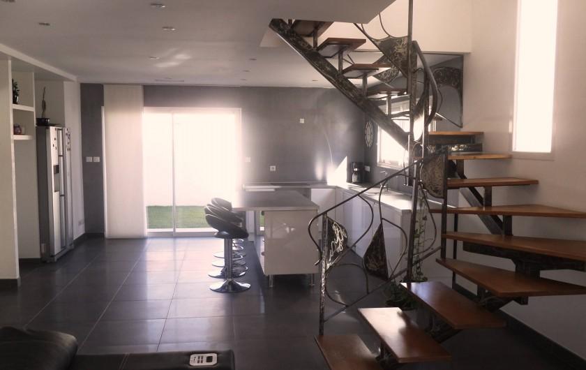 Location de vacances - Villa à Sauvian - Cuisine ouverte séparé d'un escalier