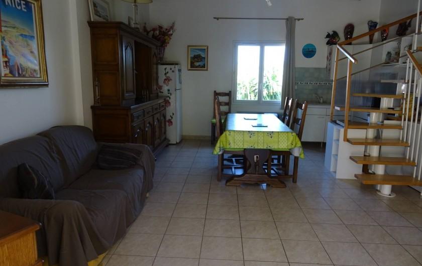 Location de vacances - Villa à Hyères - grand salon avec  canapé