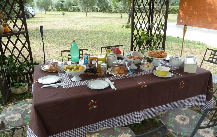 Location de vacances - Chalet à Pozzuoli - Le petit déjeuner dans le jardin