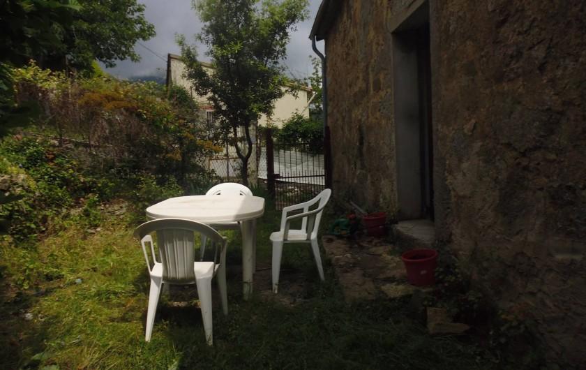 Location de vacances - Maison - Villa à Évisa - jardinet devant la maison pour prendre ses repas à l'extérieur