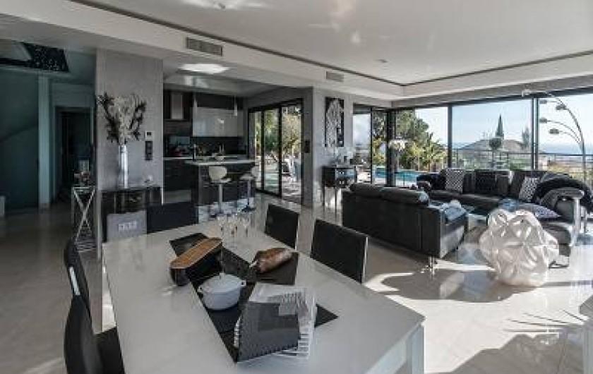 Location de vacances - Villa à La Croix des Gardes - La s à m peut recevoir 8à10 pers vue mer et montagne couchants exceptionels
