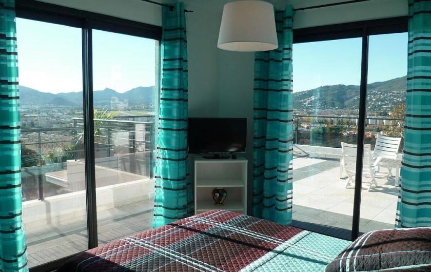 Location de vacances - Villa à La Croix des Gardes - Etage chambre avec vue mer et montagne donnant sur solarium de 70m 2