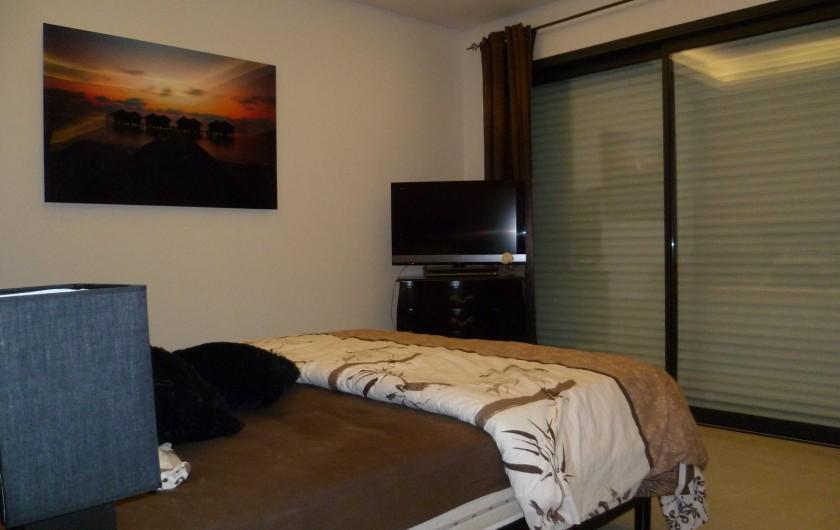 Location de vacances - Villa à La Croix des Gardes - Chambre de maitre au rd j vue piscine mer et montagne la nuit c'est féerique