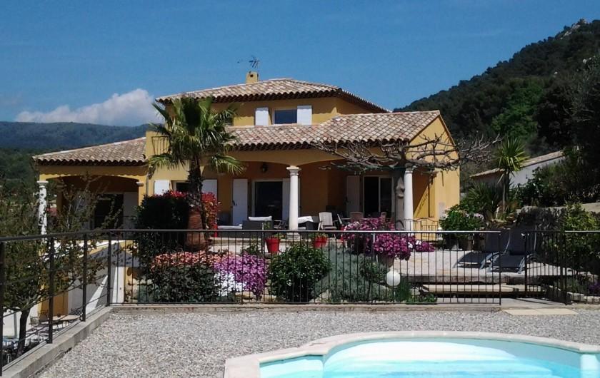 Location de vacances - Appartement à Évenos - maison vue depuis la piscine