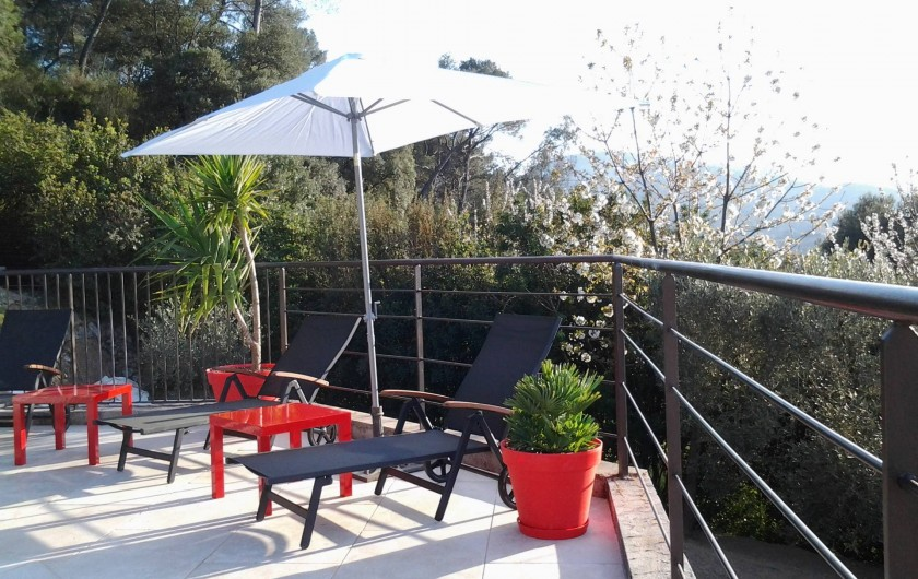 Location de vacances - Appartement à Évenos - plage de piscine carrelée, bains de soleil, parasol...