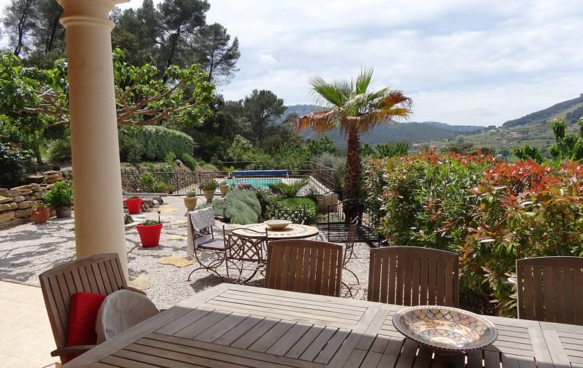 Location de vacances - Appartement à Évenos - grand jardin sans vis à vis, calme et tranquillité, au soleil...