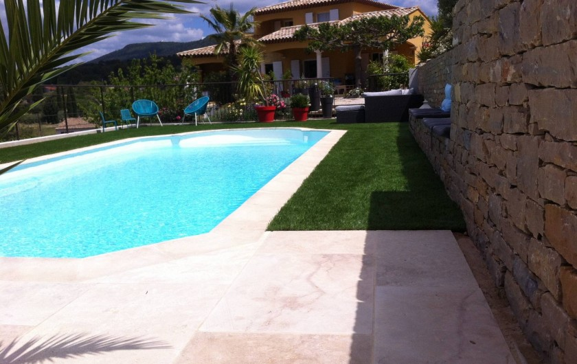 Location de vacances - Appartement à Évenos - piscine entourée gazon