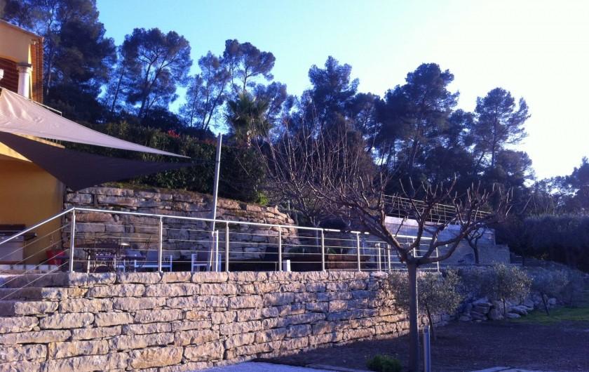 Location de vacances - Appartement à Évenos - terrasse et pelouse