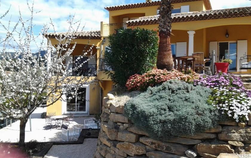 Location de vacances - Appartement à Évenos - jardin amenage et fleuri grand salon de jardin
