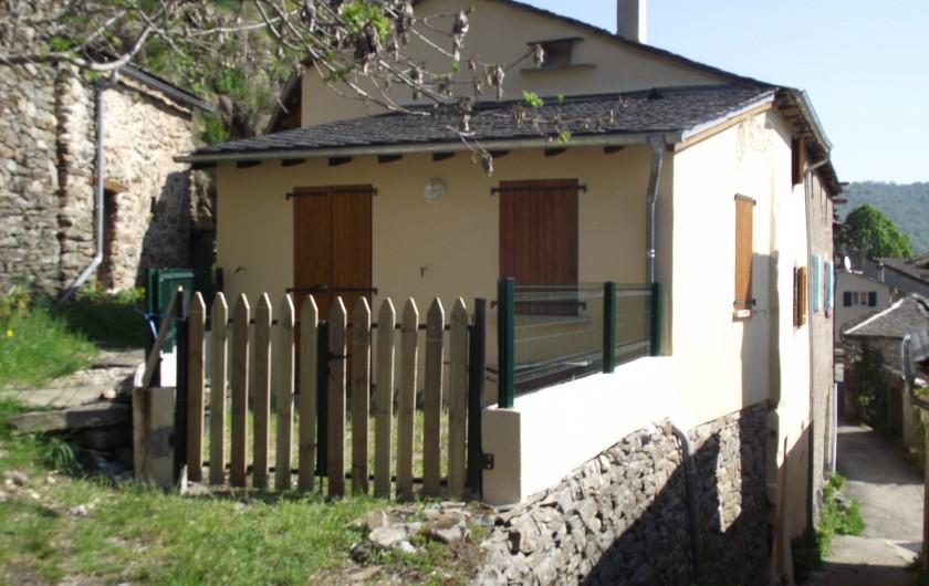 Location de vacances - Gîte à Les Ablatats - La maison et sa terrasse fermée