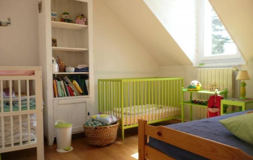 """Location de vacances - Maison - Villa à Kersaint - Une chambre """"enfants"""" avec un lit bébé et une table à langer."""