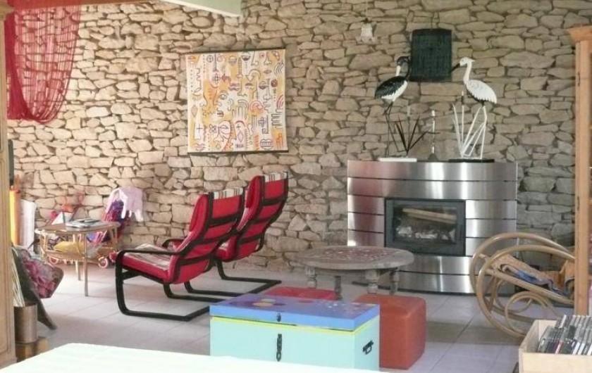 Location de vacances - Maison - Villa à Kersaint - la salle de séjour avec une cheminée bien agréable en hiver.