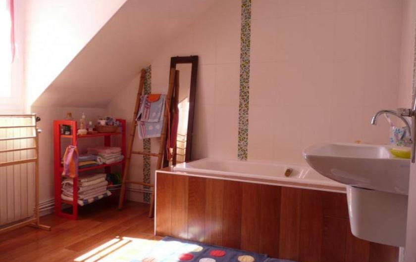Location de vacances - Maison - Villa à Kersaint - la salle de bain avec baignoire et WC à l'étage