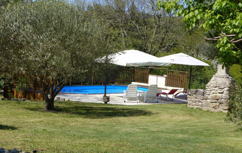 Location de vacances - Villa à Uzès - Grande piscine,8.2 x 4.2 équipée de parasols,douche solaire,bain de soleil...