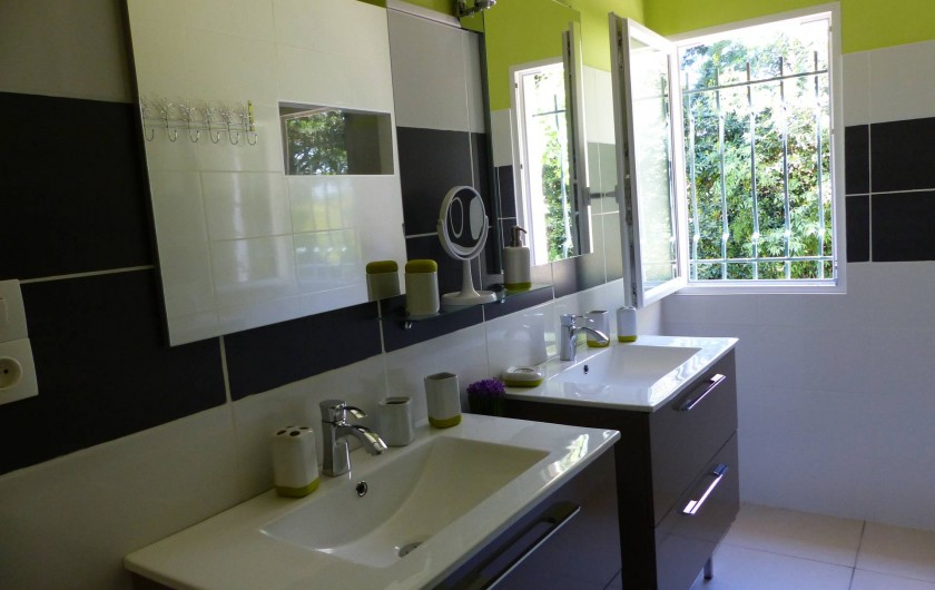 Location de vacances - Villa à Uzès - salle d'eau avec 2 lavabos