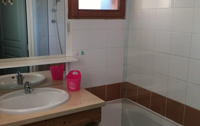Location de vacances - Chalet à Le Dévoluy - Salle de bain avec baignoire/ douche