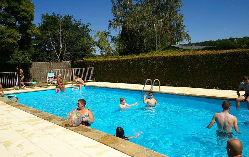 Location de vacances - Camping à Mézières-sous-Lavardin - Les joies de la piscine en famille