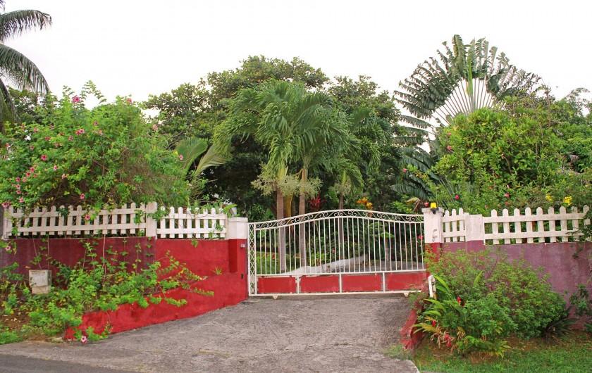 Location de vacances - Villa à Lamentin - entrée privée des gites