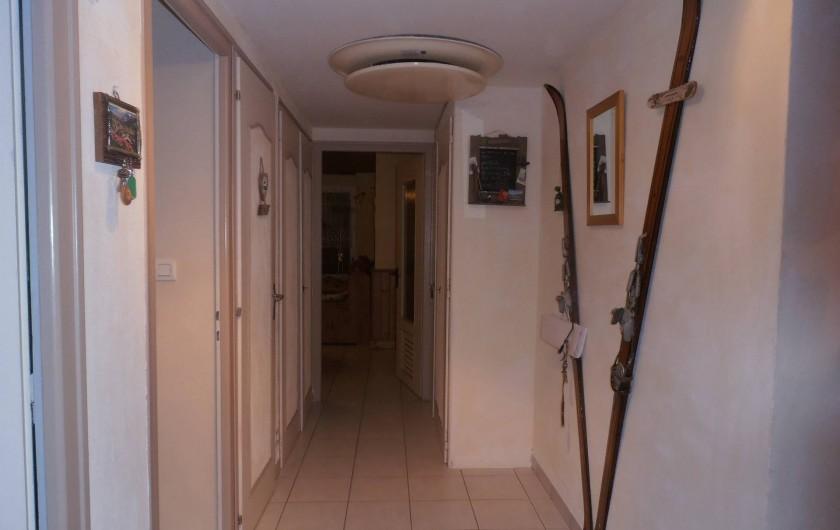 Location de vacances - Appartement à La Clusaz - couloir qui rejoint la salle à  manger