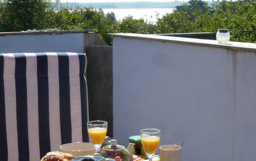Location de vacances - Appartement à Pénestin - un agreable petit déjeuner sur la terrasse