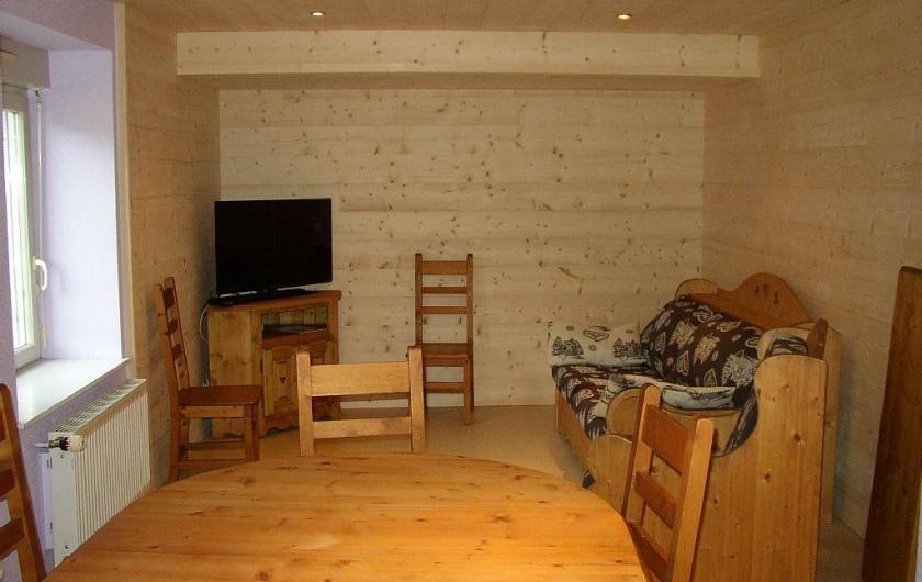 """Location de vacances - Appartement à Les Planches-prés-Arbois - Coin salon avec couchage système """"Rapido"""""""