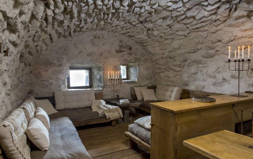 Location de vacances - Insolite à Saint-Jacques-des-Blats - La piece à vivre dans le buron principal