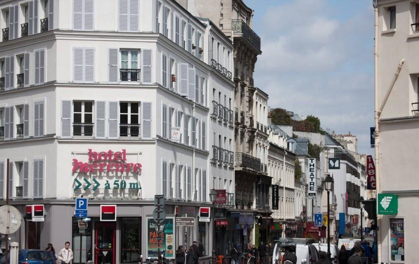 Location de vacances - Studio à 14e Arrondissement - L'immeuble et le début de la rue de la Gaité