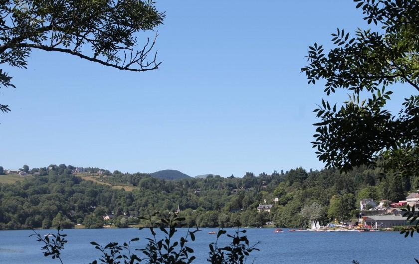 Location de vacances - Bungalow - Mobilhome à Aydat - Vue sur lac du camping