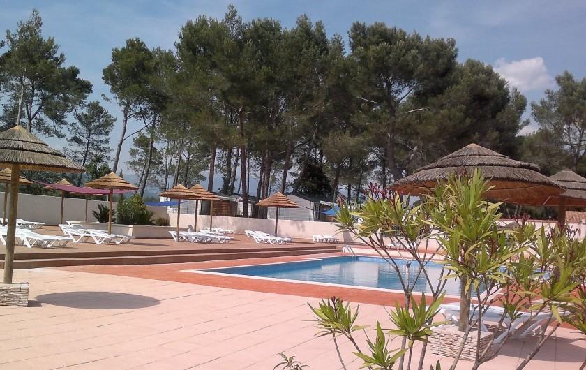 Location de vacances - Bungalow - Mobilhome à Le Camp - Espace aquatique : vue sur la place avec les bains de soleil