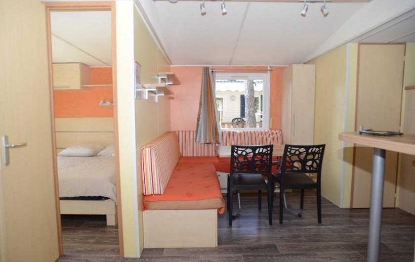 """Location de vacances - Bungalow - Mobilhome à Le Camp - Vue sur pièce à vivre du mobil home """"Rapidhome"""" et sur la 1ère chambre"""