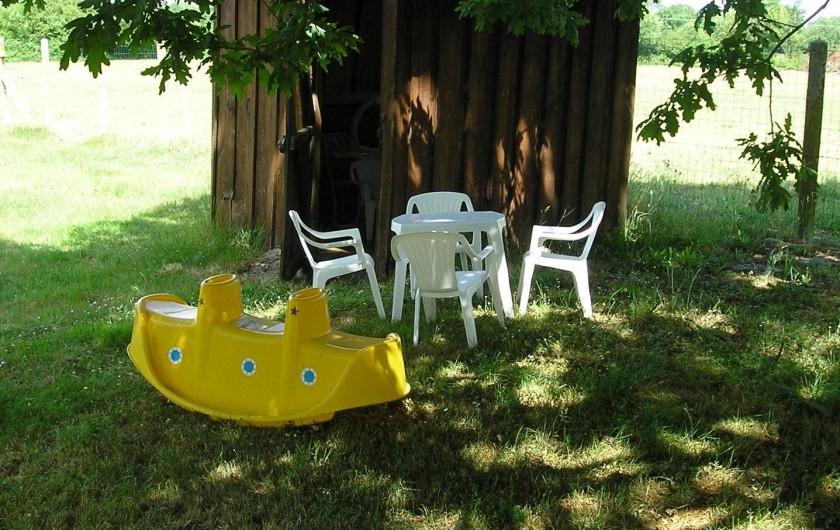 Location de vacances - Villa à Queyrac - Cabane et jeux enfants