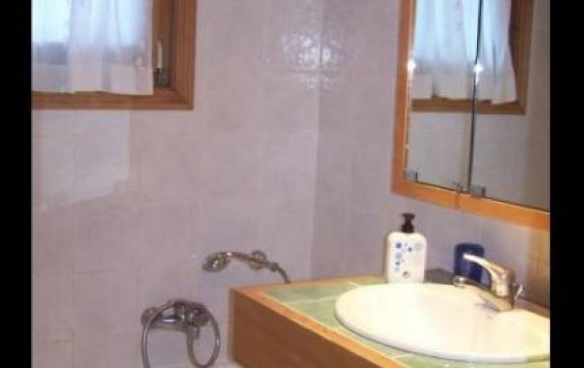Location de vacances - Appartement à Combloux - Salle de bain avec une baignoire et un lave linge.