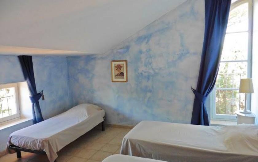 Location de vacances - Appartement à La Londe-les-Maures - Chambre avec 3 lits simple.