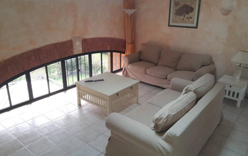 Location de vacances - Appartement à La Londe-les-Maures - Salon avec vue sur le parc.