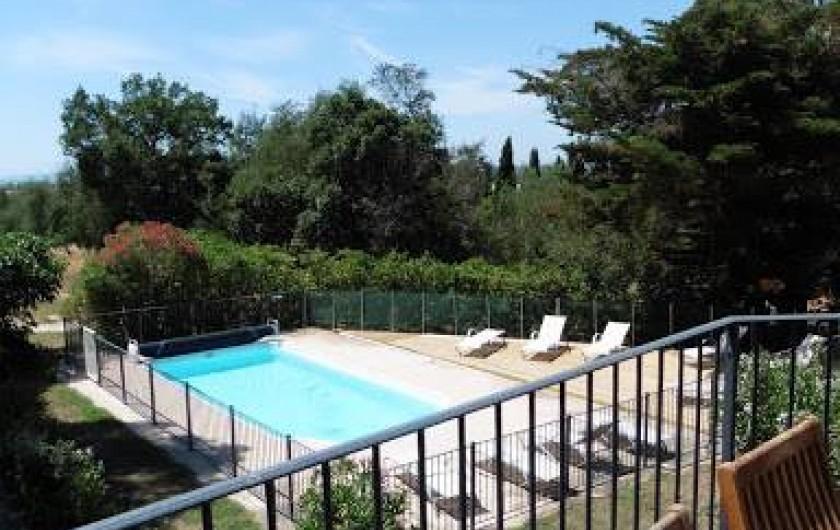 Location de vacances - Appartement à La Londe-les-Maures - Terrasse en hauteur avec vue sur la piscine et la mer.
