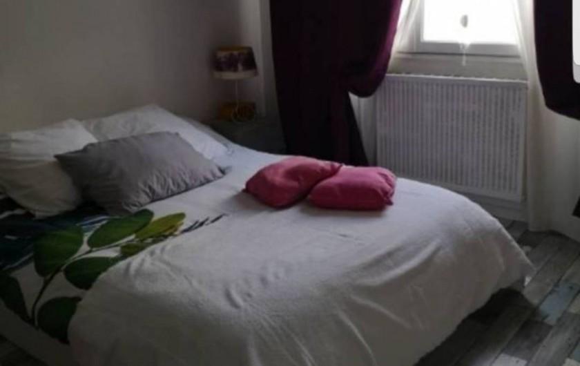 Location de vacances - Appartement à Saint-Étienne - Vous êtes dans la chambre, avec un lit pour 2 personnes