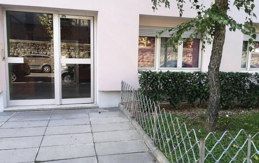 Location de vacances - Appartement à Saint-Étienne - L'entre de l'immeuble qui est sécurisé avec un interphone et double porte