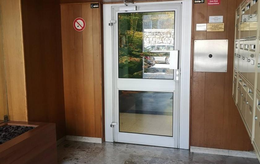 Location de vacances - Appartement à Saint-Étienne - le hall avec la 2 portes de sécurité qui s'ouvre avec L'interphone
