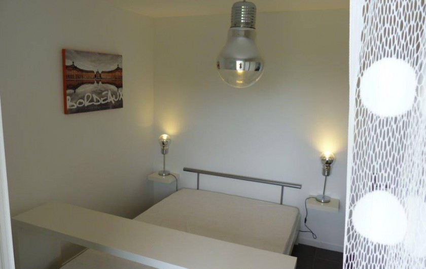 Location de vacances - Appartement à Saint-Julien-en-Born - chambre parentale avec console petit dejeuner
