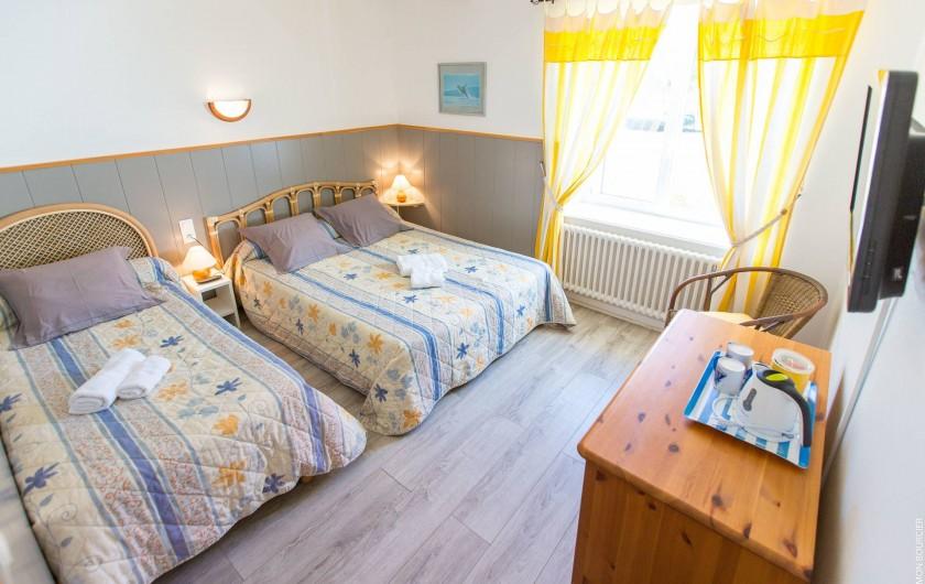 Location de vacances - Chambre d'hôtes à Saint-Méloir-des-Ondes - Chambre Arum est une chambre triple au rez de chaussée avec salle de bain et WC