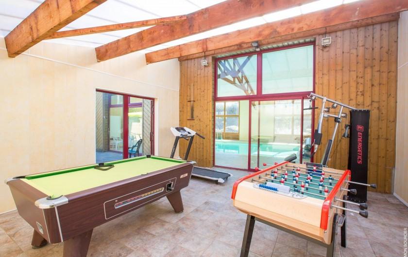 Location de vacances - Chambre d'hôtes à Saint-Méloir-des-Ondes - Salle de muscu, billard et baby foot avec tapis de course.