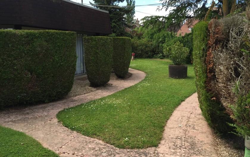 Location de vacances - Hôtel - Auberge à Escolives-Sainte-Camille - jardin  et accès des chambres