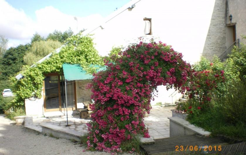 Location de vacances - Gîte à Sorans-lès-Breurey - Terrasse en fleur  équipée de 2 grandes tables +  barbecues