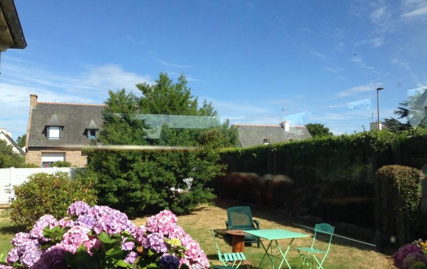 Location de vacances - Maison - Villa à Pléneuf-Val-André - jardin côté véranda: transats et hortensias . Vous êtes bien en Bretagne !