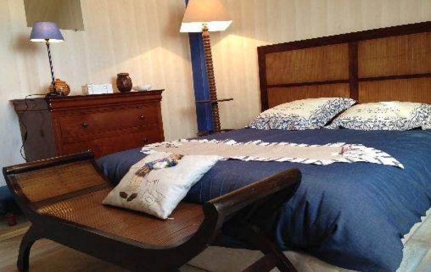Location de vacances - Maison - Villa à Pléneuf-Val-André - chambre bleue, avec ses meubles au bois chauds.