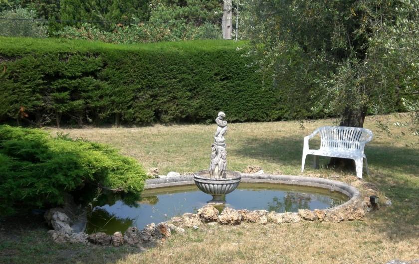 Location de vacances - Villa à Grasse - La bac à poissons dans le jardin