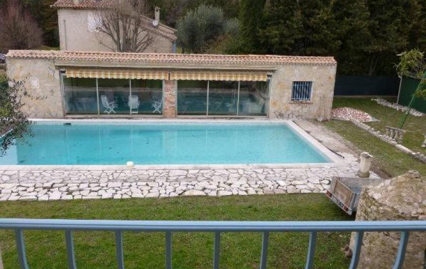 Location de vacances - Villa à Grasse - La piscine et le pool house vus depuis le 1er étage