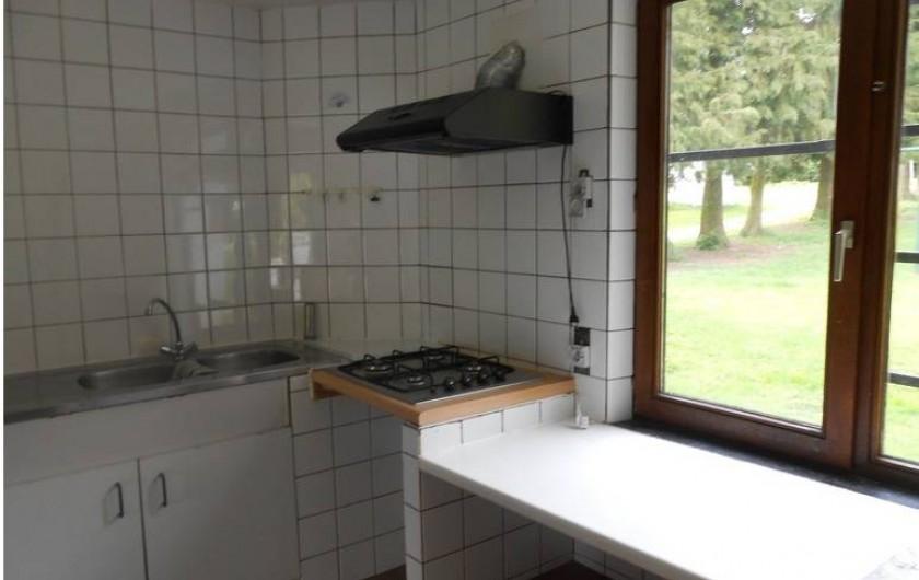 Location de vacances - Gîte à Dinant - La petite cuisine équipée d'une gazinière à 4 bec , double évier