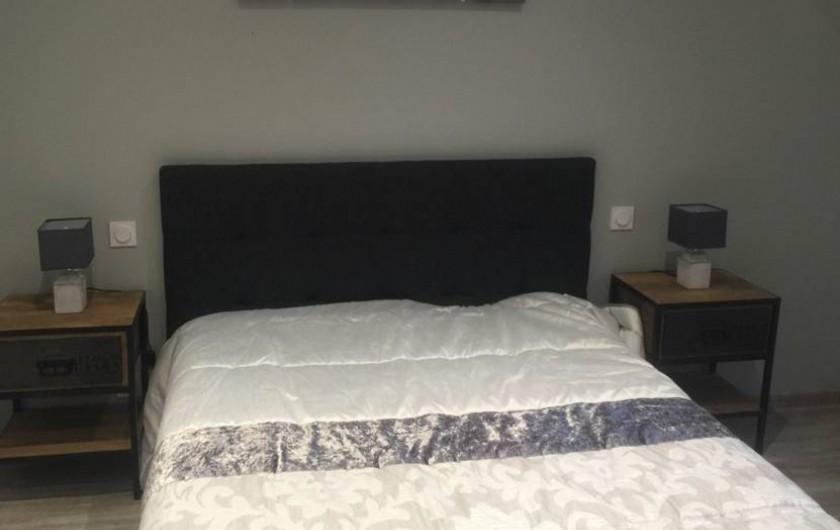 Location de vacances - Gîte à Meursault - Chambre à  coucher , lit 2 personnes .