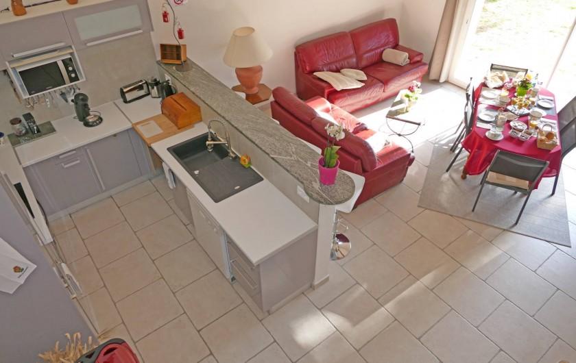 Location de vacances - Gîte à Vidauban - Pièce principale, cuisine ouverte sur le séjour d'environ 40m2.